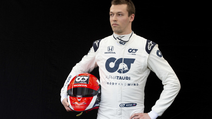 Русский гонщик вновь отказался вставать на колено: