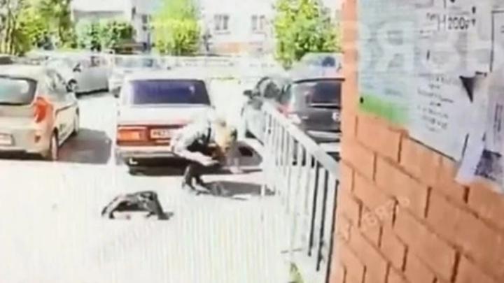 Челябинец в тельняшке избил курьера, доставившего пиццу