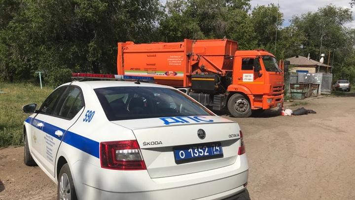 Два пенсионера попали под колеса мусоровозов в Челябинской области в один день
