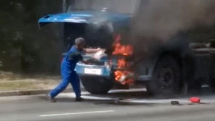 В Челябинске полыхающий грузовик потушила бетономешалка