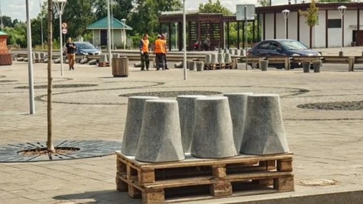 В Шуе на недавно благоустроенной площади Революции начали менять болларды