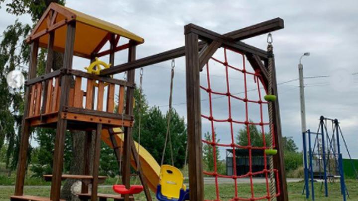 Бизнесмен, выкопавший в Челябинске кизильник, за свой счет построил детям площадку