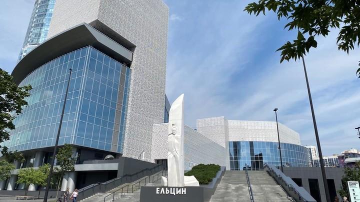 Артисты устроили перформанс со стрельбой возле Ельцин Центра в Екатеринбурге