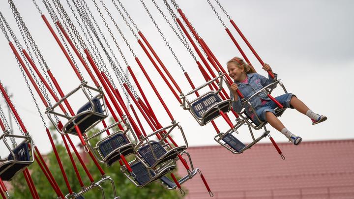 Ребенок застрял на карусели в парке Магнитогорска