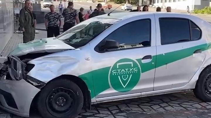 Машина охранного предприятия вылетела на тротуар в Челябинске, есть пострадавшие