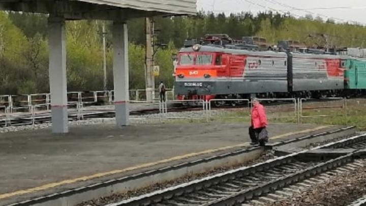 Контролер по безопасности ЮУЖД полезла под поездом и получила травму