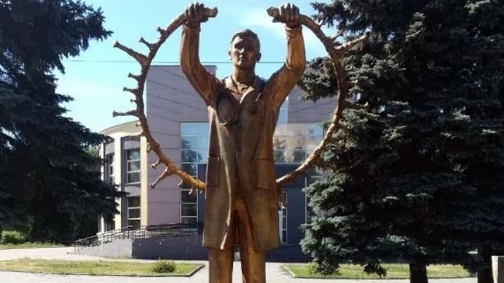 В центре Челябинска установили бронзовый памятник врачам, спасающим от ковида