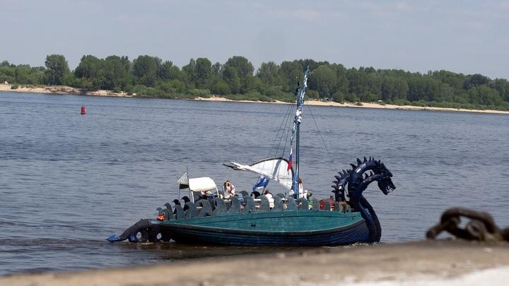 В Нижнем Новгороде ладья Змей Горыныч сняла с мели яхте с четырьмя девушками