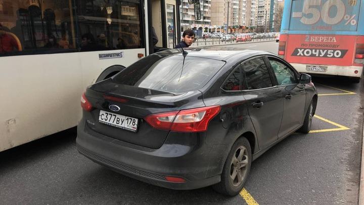 Дерзкий азиат помешал общественному транспорту в Петербурге и устроил драку с прохожим