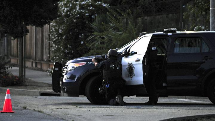 Будни гуманной американской полиции: В США коп выкинул старушку из машины и ударил током за неподчинение - видео