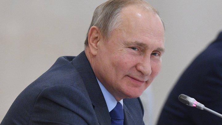 За кадром нервно смеётся седой звукоинженер: Конфуз с микрофоном Путина попал в Сеть