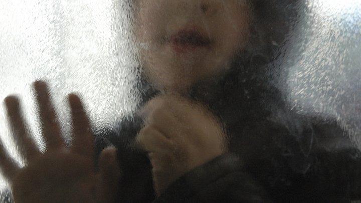 Мать, которую скрутили, чтобы отобрать малышей, наказали ещё и штрафом