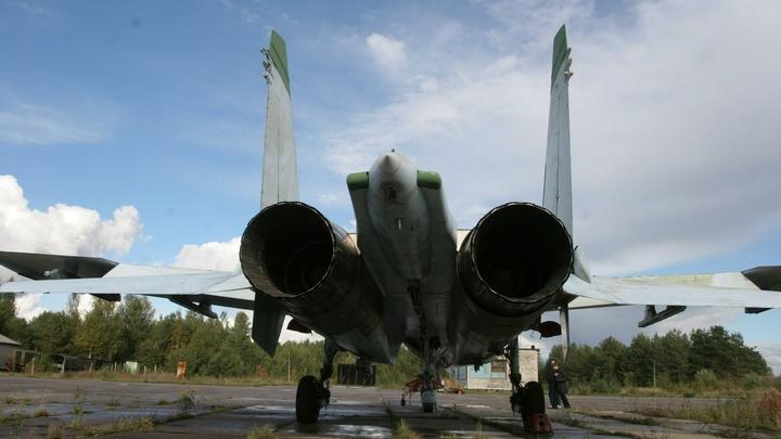Ничего себе расцветка: Пользователи, оценившие кадры с поцелуем Су-27 и самолётом НАТО, увидели новые подробности
