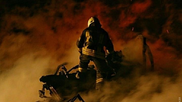 Столбы огня и черного дыма: В Сеть попало видео пожара на заводе под Оренбургом