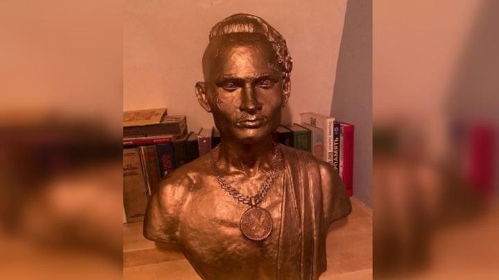 В центре Петербурга установили памятник скандальному рэперу Моргенштерну