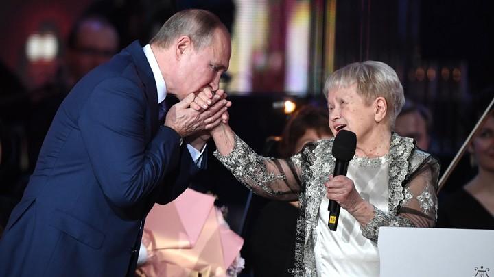 Стоя: На юбилейном вечере Пахмутовой строки песни заставили встать весь зал во главе с Путиным