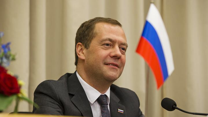 Медведеву подарили бюджетный смартфон для почтальонов