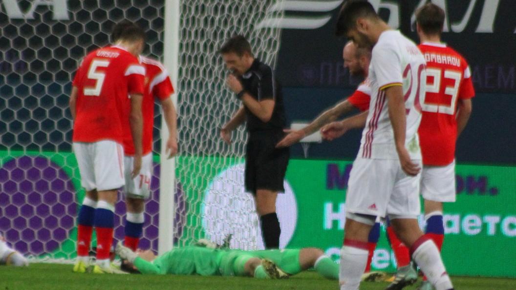 Вратарь Лунев заблаговременно окончил матч сИспанией, получив травму головы