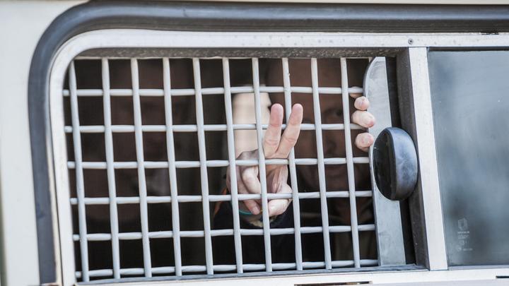 Ожидаемо отпущен: Навальный под обязательство явиться в суд вышел из ОВД