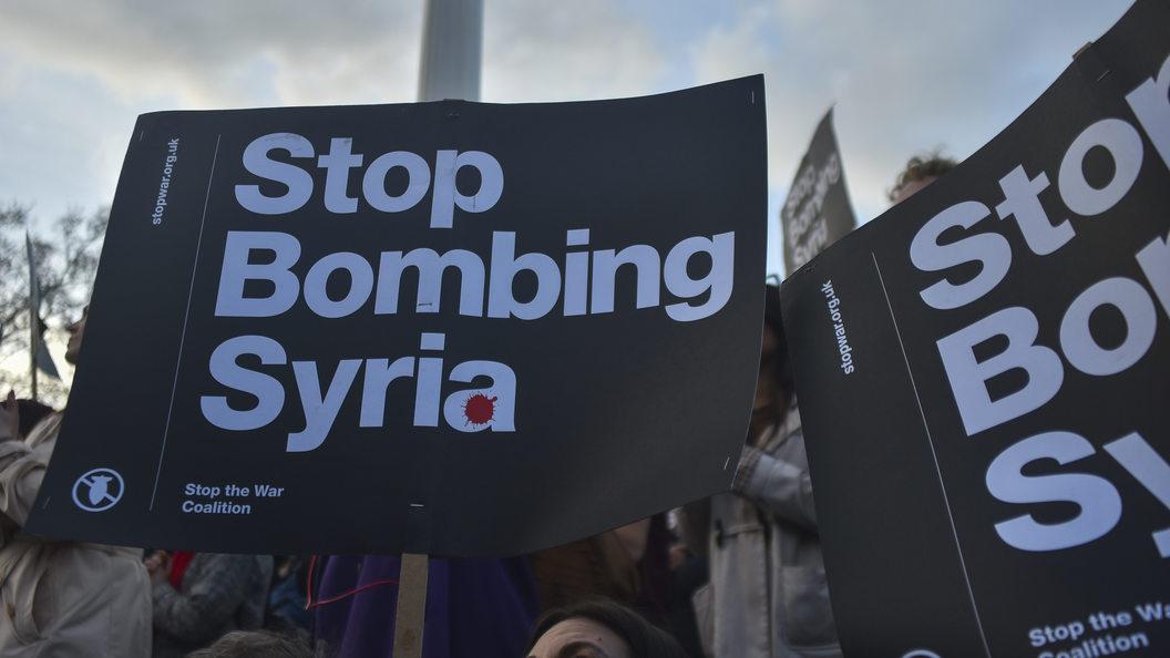 Первые кадры ночного налета на сирийский военный аэродром - видео