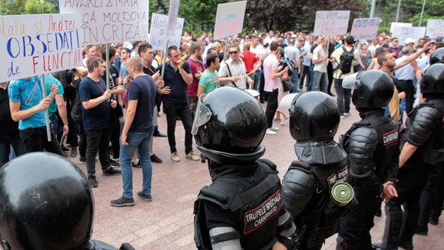 Двоевластие в Молдавии: Сколько оно продлится и куда сбежит Плахотнюк?