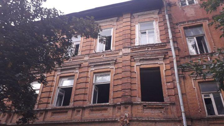 В центре Ростова рухнул пол в аварийном доме: две пенсионерки провалились из квартиры в подвал