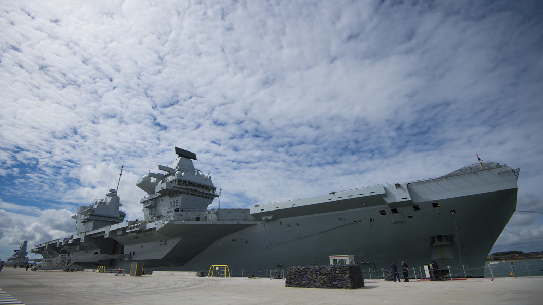 В Портсмут прибыл самый большой британский авианосец