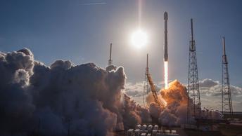Сверхтяжелая ракета Falcon Heavy стартовала с космодрома в США