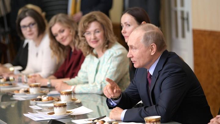 Будьте любимы и счастливы: Путин в честь 8 Марта продекламировал стихи Андрея Дементьева