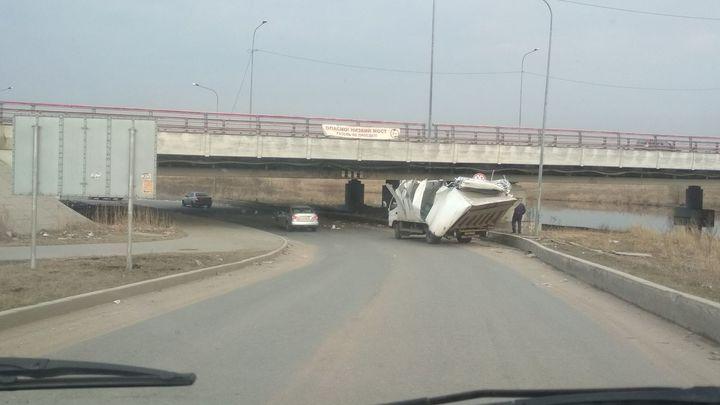 Попугаи не заканчиваются: «Мост глупости» в Петербурге обманул 146-й по счету грузовик