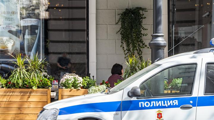 Мужчина в Москве пробил стекло на остановке, бросив в него 14-летнего мальчика