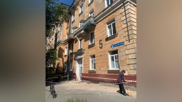 Фасад жилого дома рушится на головы прохожих в Кемерове