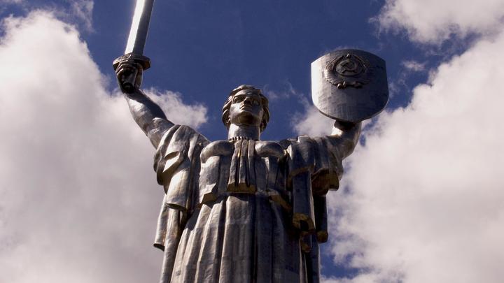 Очень хочется, но денег нет: В Киеве признали, что не могут снять герб СССР со статуи Родина-Мать
