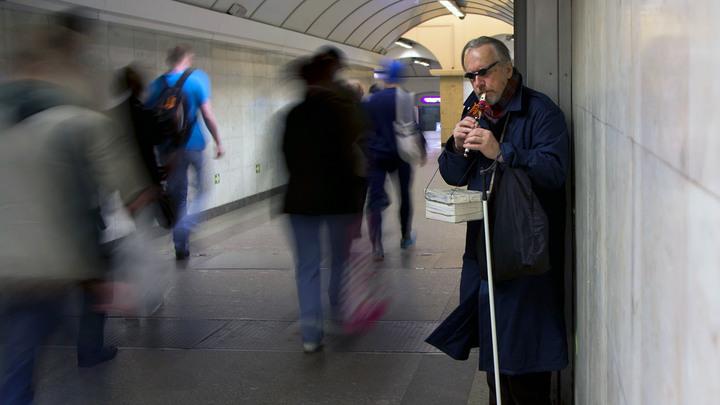 Каждый день стоял и плакал: Пенсионеры вынуждены просить милостыню из-за кредитов