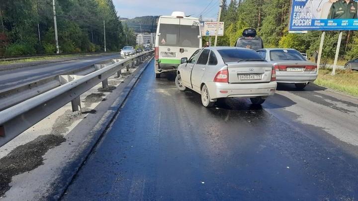 В Златоусте из-за битума на дорогах столкнулись 19 машин — видео