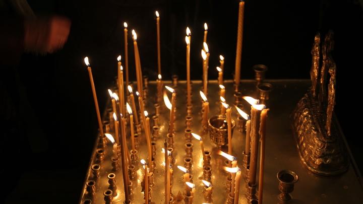 У закрытой церкви в Аргуново жители на коленях молятся о погибших при крушении Ан-148