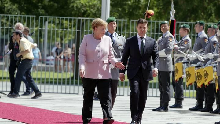 Не спешите смеяться: Диагноз Меркель скрыть было невозможно уже тогда?