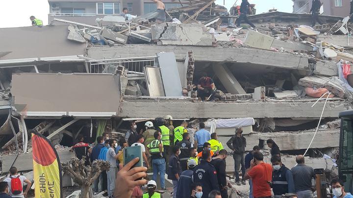 Землетрясение в Турции заставило рухнуть десятки домов: Из-под завалов извлечено свыше 70 человек