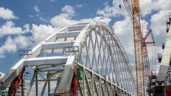 Железнодорожную арку Крымского моста закрепят в течение дня