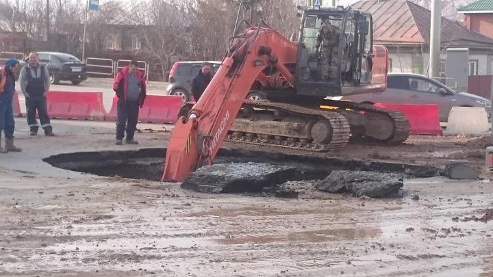 Из-за нового обвала грунта в Челябинске закрыли большой участок дороги