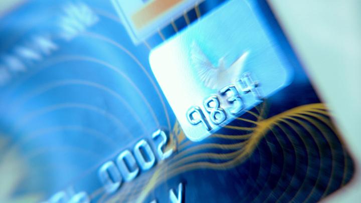 Магазины пошли войной против квазиналога банков: Ретейлеры угрожают повысить цены при оплате безналом