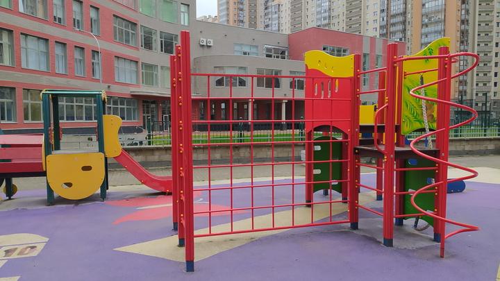 Малыши подождут: петербургские чиновники тянут со сдачей детской площадки