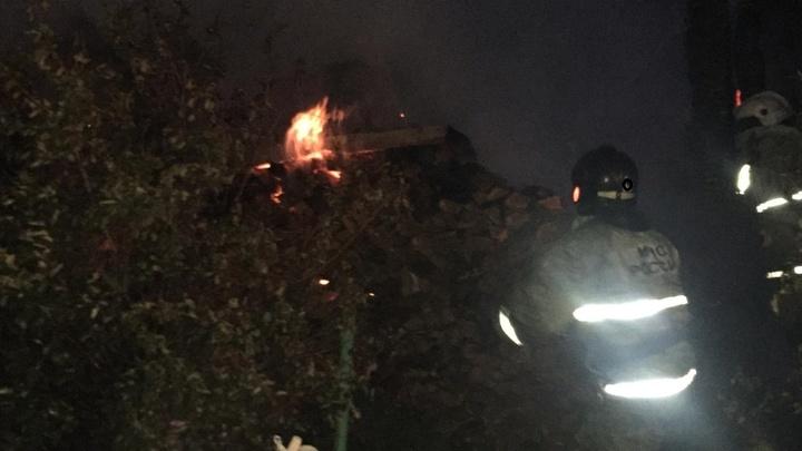 В садовом товариществе под Екатеринбургом ночью вспыхнул крупный пожар