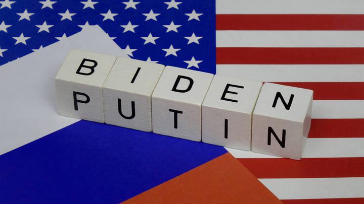СМИ: Байден моргнул первым в игре с Путиным