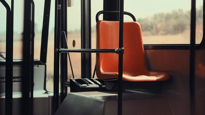 Проезд в коммерческих автобусах Москвы стал дешевле для тех, кто платит NFC-смартфоном