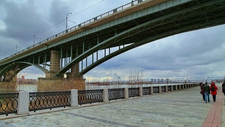 Октябрьский мост в Новосибирске закроют для проезда троллейбусов в июне