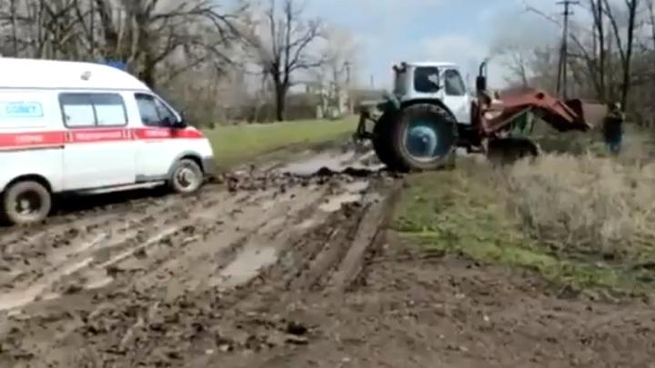 В Ростовской области отремонтируют дорогу, где застряла скорая на пути к умирающему. Но - через год