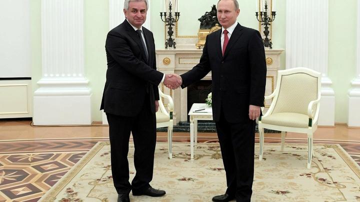 «Честь и слава»: Президент Абхазии наградил Путина высшей госнаградой республики