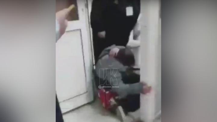 Избившую кемеровского пятиклассника охранницу отстранили от работы