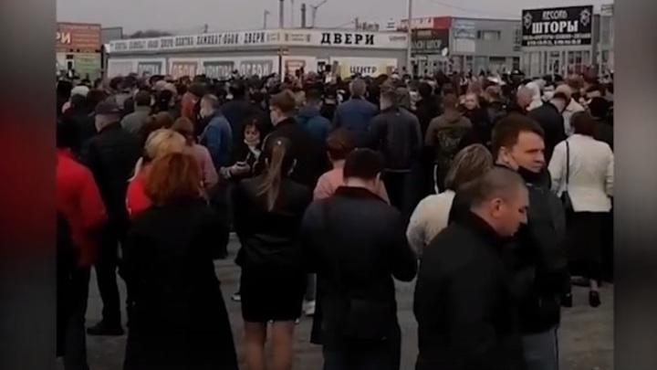 На рынке Алмаз в Аксайском районе при скоплении силовиков прошёл очередной митинг